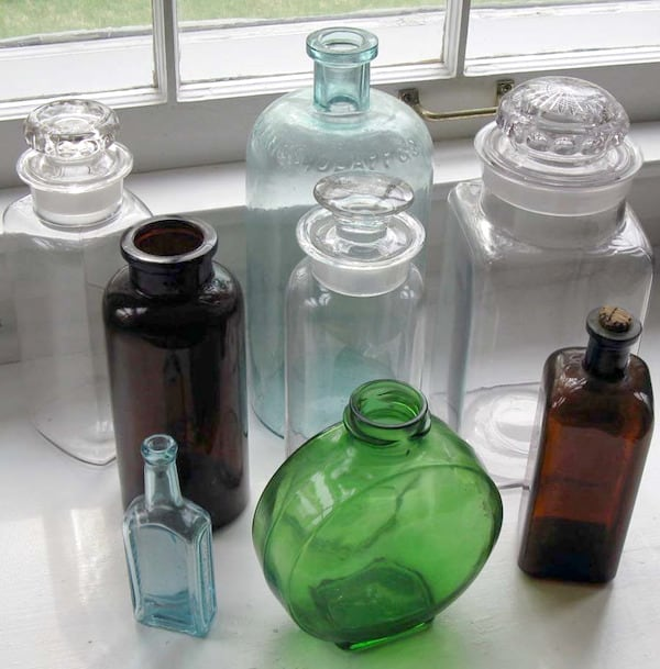 It's easy to get the vintage look in your home decor - decorate bottles with vintage inspired labels from The Graphics Fairy! Takes just a few minutes.