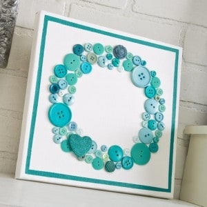 If you are looking for an original project for Valentine's Day, this aqua button canvas will do the trick. The special touch is the glitter heart.