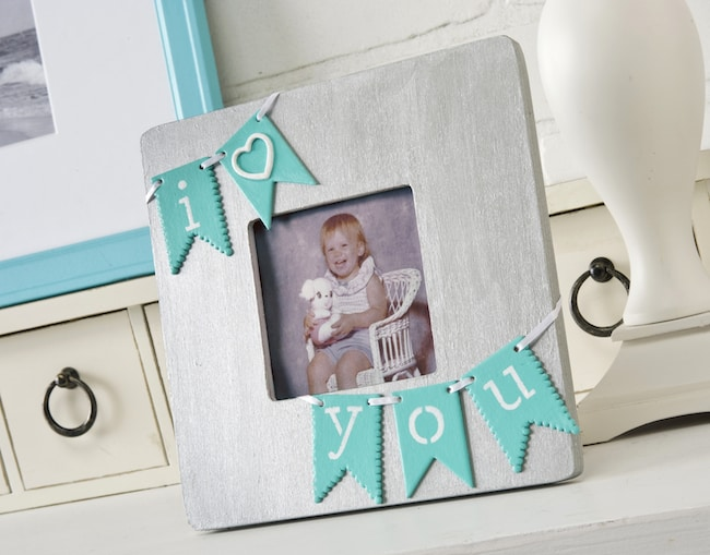 "How to make an ""I love you"" Valentine's Day frame with a bunting"