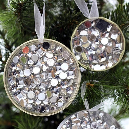Looking for a great budget Christmas idea but don't have a lot of money to spend? You'll love these recycled DIY ornaments made from jar lids! So easy even kids can make them! Awesome cheap craft that looks great.