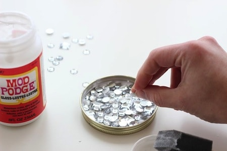 Sprinkle rhinestones into the ornament