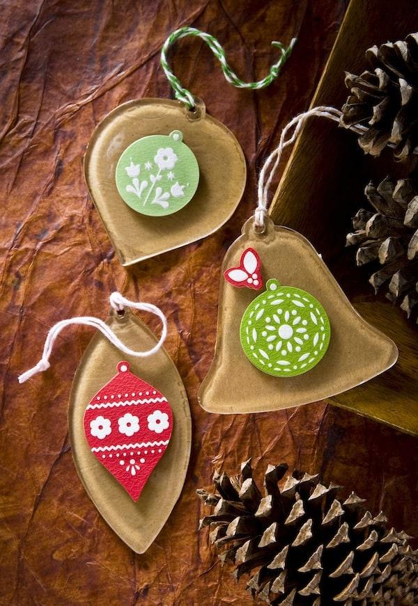 Make Christmas ornaments using kraft paper