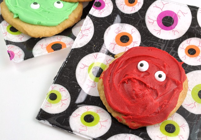 super-easy-eyeball-cookies-and-mod-podge-party-plates-craft