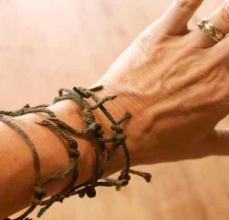 Fake-barbed-wire-bracelet