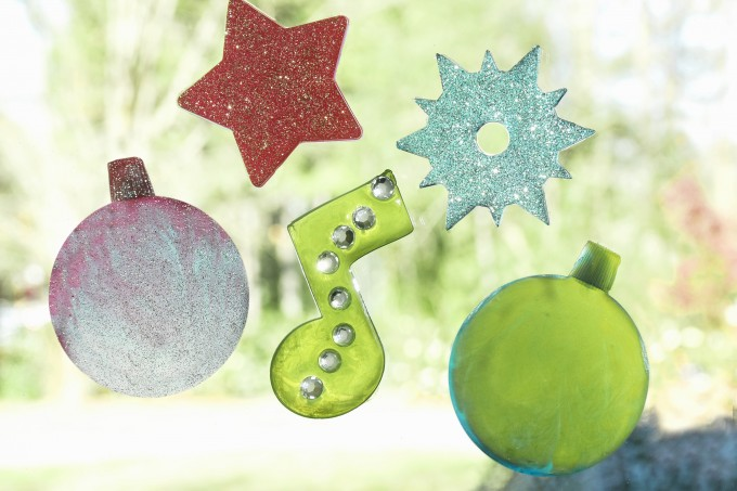If you are looking for an easy kids craft for Christmas, learn how to make your own holiday clings using the Crayola Cling Creator. Children will love it!