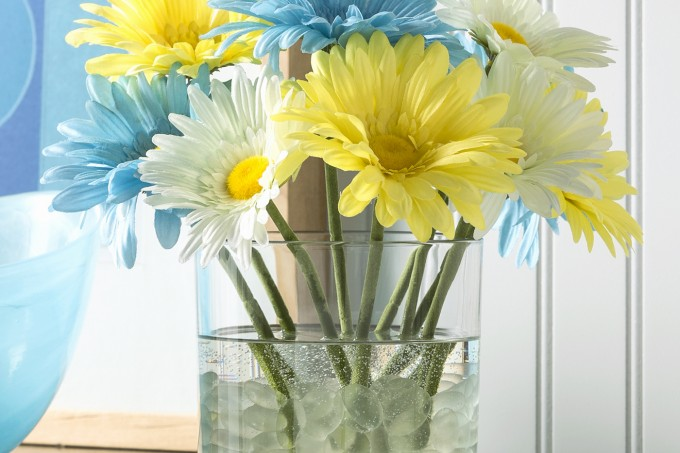Make this simple flower arrangement with pretty faux florals and a product called Quick Water. This will look so pretty in your home decor and lasts forever!
