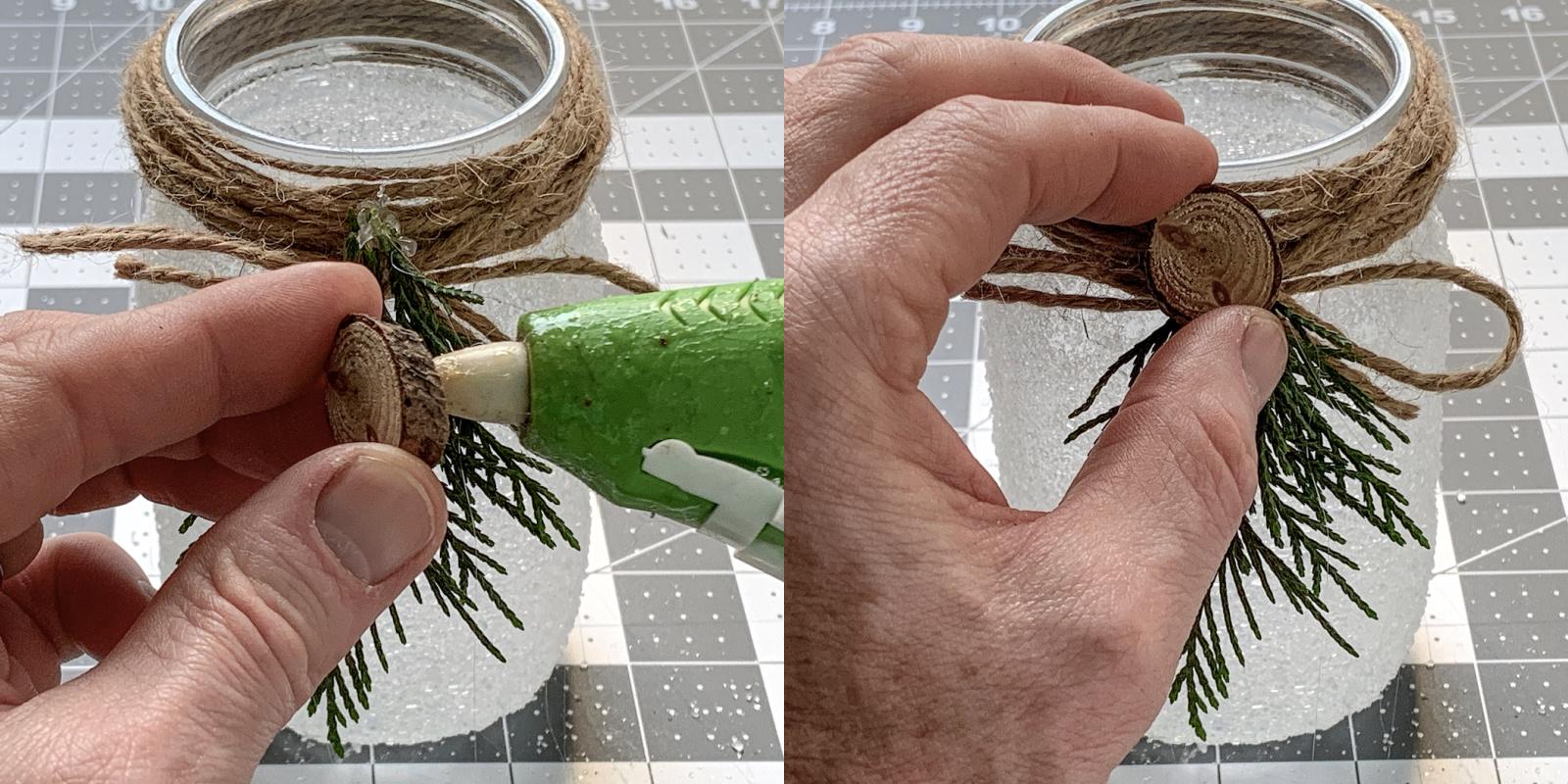 Anexando um pequeno círculo de madeira ao frasco de pedreiro com uma pistola de cola quente