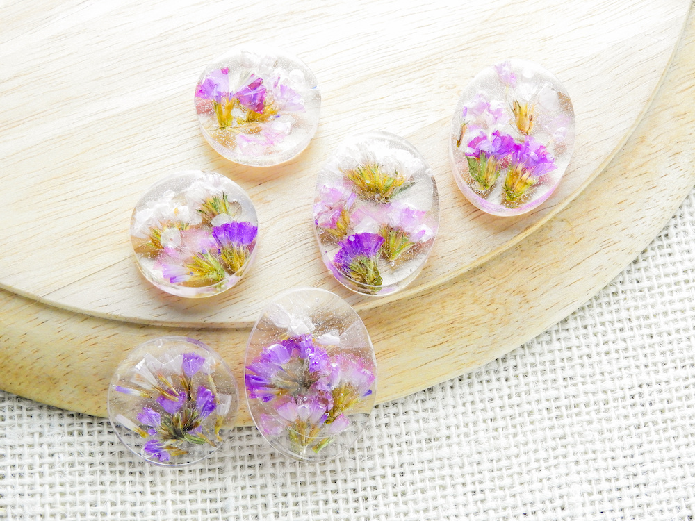 Dried flower in crystal clear resin pendant necklace, pendant with a real flowers