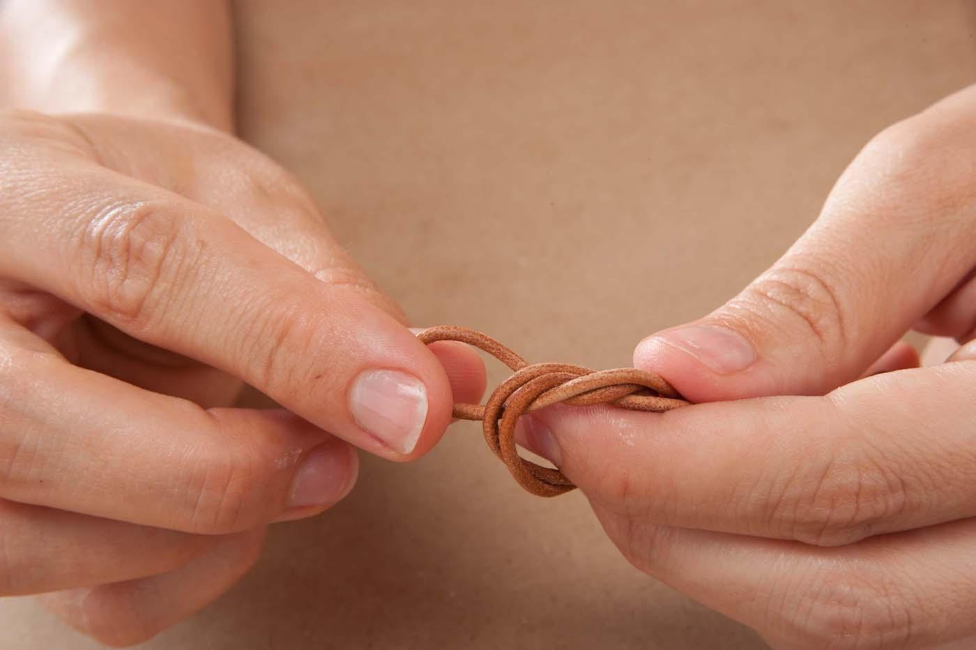 Mit Lederband einen Knoten binden