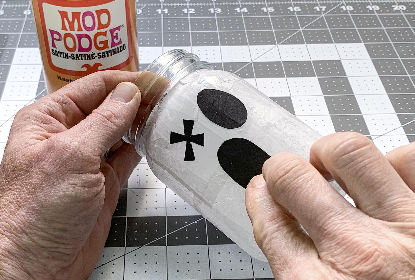 Colocando uma boca fantasma em um frasco de vidro branco
